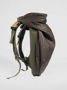 Côte&Ciel Nile Rucksack in Feldspath is one of our iconic backpacks. Nile Rucksack balances innovative modern, weatherproof fabrics and architectural design.
