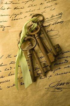 Old keys - skeleton keys Antique Keys, Vintage Keys, Vintage Love, Under Lock And Key, Key Lock, Knobs And Knockers, Door Knobs, Key Crafts, Old Keys