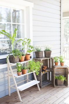 Terrace garden, outdoor living areas, urban gardening, patios, diy home dec Garden Table, Terrace Garden, Garden Ideas Quirky, Outdoor Living Areas, Diy Planters, Diy Patio, Outdoor Gardens, Ladder, Urban Gardening