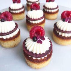 Små fine petit fours med chokolade og hindbær. Köstliche Desserts, Delicious Desserts, Magic Chocolate Cake, Tapas, French Patisserie, Bakery Recipes, No Bake Treats, Savoury Cake, Mini Cakes