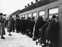 Finnish Mothers saying goodbye to their children as they send them off to Sweden so they will be safe during the Winter War with Russia. Vintage Pictures, Old Pictures, Old Photos, History Of Finland, A Moment In Time, Lest We Forget, Mother Quotes, Imagines, Interesting History