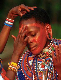 Tra i Masai durante la cerimonia dell'eunoto, che si svolge ogni 7-12 anni e celebra il passaggio dei guerrieri nel gruppo degli adulti, le donne si spalmano ogni giorno di ocra fresca  (Beckwith/Fisher)