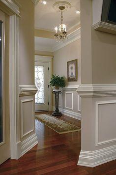 #ruedigerbenedikt #molduras Gris y blanco, combinado con el suelo e madera natural. Unos elementos que combinana perfectamente, las molduras de los pasillos o espacios largos, mejor no encima de 1m de altura. www.ruedigerbenedikt.com
