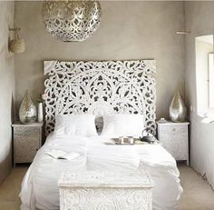 Love this bedroom deco, silver and classic white.