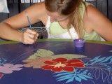 Pintura decorativa sobre mesa de madera