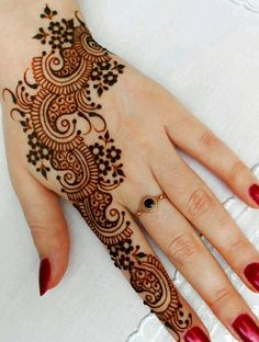Arabic mehndi designs are much demanded in fashion industry. These mehndi designs are excitedly adopted by fashionable women. Henna Tattoo Designs, Henna Tattoos, Mehndi Designs For Fingers, Mehndi Patterns, Arabic Mehndi Designs, Simple Mehndi Designs, Mehndi Tattoo, Mehndi Art, Henna Art