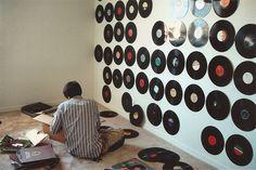 Parede com discos de vinil