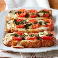 Caprese Pizza Toast: Bruchetta made easy Food For Thought, Think Food, I Love Food, Good Food, Yummy Food, Caprese Pizza, Caprese Salad, Great Recipes, Favorite Recipes