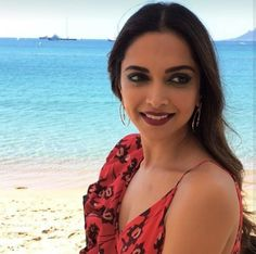 Latest photos of Deepika Padukone from Cannes Film Festival Day 1 are here! Deepika Ranveer, Deepika Padukone Style, Aishwarya Rai, Shahrukh Khan, Bollywood Girls, Bollywood Stars, Beautiful Bollywood Actress, Beautiful Actresses, Indian Film Actress