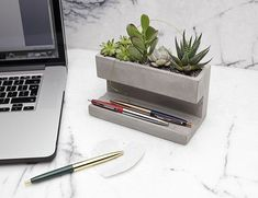 Concrete Desktop Planter by Kikkerland Design! Head to for more amazing projects! Cement Art, Cement Planters, Concrete Crafts, Concrete Projects, Cinderblock Planter, Concrete Furniture, Concrete Lamp, Concrete Design, Concrete Color