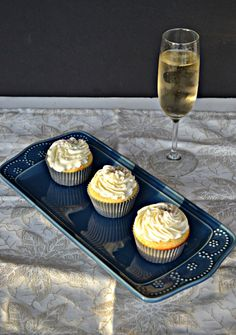 Delicious Vanilla Cupcakes topped with fluffy Champagne Frosting are perfect for New Year's Eve! Easter Cupcakes, Yummy Cupcakes, Mocha Cupcakes, Gourmet Cupcakes, Strawberry Cupcakes, Velvet Cupcakes, Flower Cupcakes, Christmas Cupcakes, Cupcake Bakery