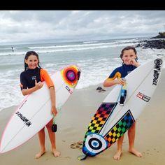 GROMS WITH THERE NEW BOARDSyew. @samwundke_  @lilywundke  Shapes @ian_byrne_shaper @mtwoodgeesurfboards  #surfboards#boardart#surfboardart#grommets#surf#surfing#lifesabeach#greenmont#rainbowbay#snapperrocks by willynicholls_artist