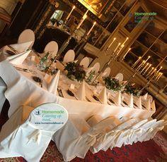 Diner aan een ovale tafel in de Blauwe Salon van Kasteel Keukenhof. Afgerukte stoelen, zilveren kandelaren en fris wit linnen met punt servet. Bloemdecoratie als center pieces van Bloemenservice Nederland. Ovale tafel bieden ruimte, maar ook sfeer. Homemade Catering op Maat biedt maatwerk op locatie.