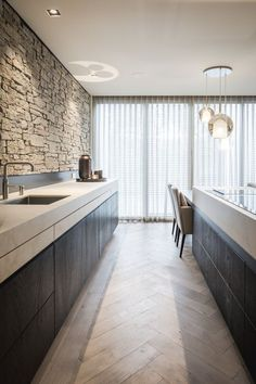 find the best protester kitchen design ideas & inspiration to decide your style. Browse through images of innovative kitchen islands & cabinets to make your absolute forward looking kitchen decor. Modern Kitchen Cabinets, Modern Kitchen Design, Kitchen Flooring, Interior Design Living Room, Living Room Designs, Kitchen Decor, Küchen Design, House Design, Parquet Chevrons