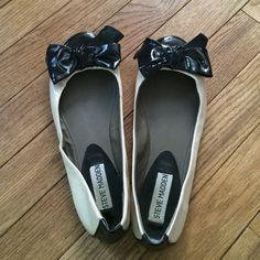 Beige and black flats Dainty Steve Madden flats topped with a black bow. In good condition. Steve Madden Shoes Flats & Loafers