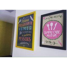 """A @polinefialho está decorando a cozinha e escolheu os pôsteres """"Pessoas que Comem"""" e """"Cabe mais um"""" para fazer parte desse cantinho mais que especial da casa! Poline depois queremos ver fotos da cozinha completa!  - Se você gostou das escolhas da Poline conheça a coleção @gordelicias em nosso site. Difícil vai ser escolher a melhor frase para a sua parede. Vem ver: http://ift.tt/1dqyBxz.  - #nacasadajoana #nacasadapoline #nacasadetodomundo #casasreais #casascomalma #gordelicias #poster…"""