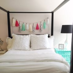 DIY tassle garland - A simple yet beautiful addition to pretty up any room White Pillows, White Bedding, Bed Pillows, Diy Home Decor, Room Decor, Tassles Diy, Tassle Garland, Garlands, House Rooms