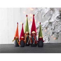 DIY : Coffret complet Famille de lutins, en bois. Hauteur 12 et 16 cm. Contient : corps en bois, feutrine, laine, perles, peinture grise, crayon noir et rouge, fil et aiguille, pinceau, colle et explications. Tout pour en créer 5 (2 grands et 3 petits).  19.90€