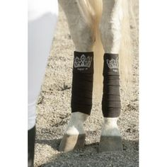 Deze exclusieve bandages zijn gemaakt van dubbelzijdig polar fleece met een gewicht van 270 g/m². Ze blinken door de kroon die gemaakt is van strass en zit boven een elegant Equit'M bordursel. 12 cm breed. Brede 50 mm klittenband sluiting. 3,20 m. lang Set vanf 4.