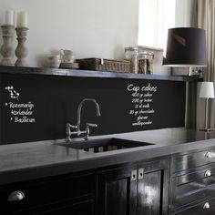 keuken zonder tegels - schoolbordenverf - zwarte keuken - blad beton