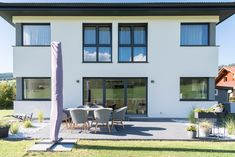 Eine große Terrasse mit viel Platz für Gäste und die ganze Familie. Von dieser hat man bei diesem HARTL HAUS Fertighaus einen perfekten Platz auf den einzigartigen Garten. Man Cave, Architecture, Outdoor Decor, Home Decor, Gable Roof, Porches, Lawn And Garden, Arquitetura, Decoration Home