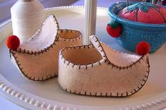 Itty Bitty Elf shoe decor...I love these and think I have everything to make these......wonder if i could enlarge the pattern and add some elastic to the heel for my boys...hmmm