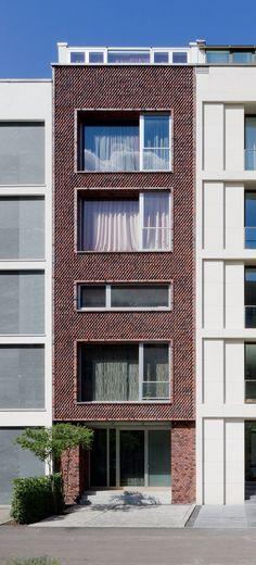 Das Berliner Architekturbüro Nalbach + Nalbach Gesellschaft von Architekten mbH plante einige Townhäuser, die im hippen Berlin-Mitte erbaut wurden. Jedes einzelne besticht durch seine aufwendig gestaltete Fassade. https://www.homify.de/ideenbuecher/35572/cooles-townhaus-in-berlin-mitte