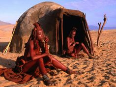 Himba women in front of traditional hut, Kaokoveld, Kunene, Namibia The Cunene River forms the border between Namibia and Angola. African Tribes, African Countries, We Are The World, People Of The World, Himba People, Africa People, Vernacular Architecture, Rural Area, Cultural