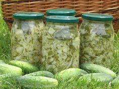 Ten przepis kulinarny to sposób na wykonanie zapasu warzyw na okres zimowy. Warzywa po odpowiednim przygotowaniu, czyli oczyszczeniu i rozdrobnieniu należy wymieszać, umieścić w słoikach i pasteryzować. Przepis na sałatka z młodej kapusty, ogórków i cebuli.