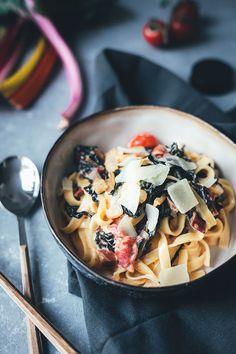 Pasta mit Mangold, Tomaten und Ziegenfrischkäse   Rezept für die schnelle Feierabendküche   moeyskitchen.com #pasta #mangold #feierabendküche #schnellerezepte #einfachkochen #vegetarisch #rezept #foodblog #foodblogger