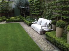 Aménagement paysager moderne : idées de design jardin paysager topiary and clipped Buxus (boxwood) low hedges around lawn Formal Gardens, Small Gardens, Outdoor Gardens, Outdoor Sheds, Hanging Gardens, Front Gardens, Zen Gardens, Garden Spaces, Garden Beds