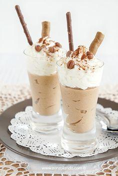 Zonzolando: Mousse al caffé in coppa con panna montata Mousse Dessert, Creme Dessert, Coffee Dessert, Mini Desserts, Delicious Desserts, Dessert Recipes, Yummy Food, Coffee Mousse, Gelato