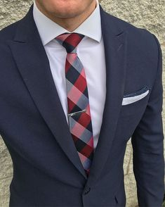 Perfect for nautical adventures in the summertime, this fine white linen pocket square has a navy blue outline that creates an aesthetically pleasing contrast. Navy Blue Suit Combinations, Outfit Combinations, Gentlemans Club, Beard Suit, Black Suit Men, Classy Suits, Summer Suits, Dapper Men, Suit And Tie