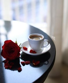 Italian coffee is truly the best I've ever had. I'm so grateful to enjoy it often! Coffee Cafe, Coffee Drinks, Coffee Presentation, Buy Coffee Beans, Coffee Flower, Flower Background Wallpaper, Good Morning Coffee, Italian Coffee, I Love Coffee