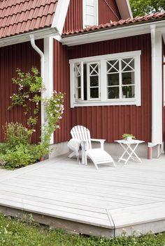 Utåtgående sidohängda fönster med äkta träspröjs från #Ekstrands fönster. #Windows Swedish Cottage, Red Cottage, Cottage Homes, Sweden House, Red Houses, Winter House, Scandinavian Home, House Goals, House Colors