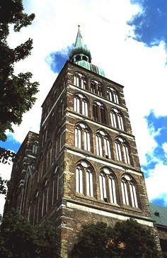 Stralsund: Nikolaikirche Top Destinations, Kirchen, Germany Travel, Pisa, Empire State Building, Travel Guides, Trip Planning, Raven, Tower