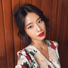 Makeup / Hair Ideas & Inspiration One of Koreans' favorite makeup trick? Mix skincare and makeup products altogether to create the perfect look. Korean Makeup Tips, Korean Makeup Look, Asian Makeup Looks, Make Up Looks, Beauty Make-up, Hair Beauty, Beauty Advice, Beauty Tricks, Asian Beauty
