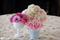 Flores nos vasinhos de porcelana branca