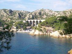Du côté de Marseille et des alentours, on dénombre des circuits de randonnées aussi divers que variés. Il faut dire que l'on se trouve dans une région entourée de massifs, qui tous ont leurs particularités. Des Calanques au massif du Garlaban en passant par la Sainte Baume, découvrez les meilleurs endroits du coin où faire