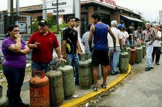 La #TROPA se queja d las guarimbas pero hacen Felices su cola para comprar Gas qué cosas no? pic.twitter.com/icuLAC7bz8 #20M