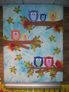Uiltjes in herfstsfeer. Een paar knopen in een wit laken en het laken vervolgens in een emmer met water met een klein beetje blauwe ecoline. Ik heb hier een piepschuim plaat gebruikt, laken eromheen, uiltjes knutselen van karton en alles vastzetten met speldjes.. Klaar!! Fall Arts And Crafts, Fall Crafts For Kids, Craft Activities For Kids, Summer Crafts, Preschool Crafts, Art For Kids, 3d Paper Crafts, Diy Crafts, Fall Art Projects