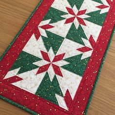 Quilted Table Runners Christmas, Table Runner And Placemats, Table Runner Pattern, Christmas Tables, Christmas Quilting, Christmas Sewing, Christmas Crafts, Table Topper Patterns, Quilted Table Toppers