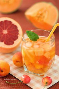 BBQ gepland vandaag? En nog op zoek naar een lekker aperitiefje? Wat dacht je van een sangria bianca? Hier is mijn recept voor een sangria met witte wijn en geel en oranje zomerfruit.  Wat heb je nodig? (voor 4 glazen) ½ l witte wijn 2 el zonnebloembloesemhoning (of andere lekkere honing) 1 nectarine – in kleine blokjes 2 abrikozen – in kleine blokjes 1 appelsien – à vif – in partjes en het sap ervan een halve uitgeperste citroen ¼ charentais meloen – in kleine blokjes wat partjes van een…