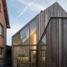 50 Shades of Wood - http://www.dezeen.com/2015/10/28/50-shades-of-wood-declerck-daels-architecten-timber-dentist-surgery-bruges/ For more images Mooie houten gevel!