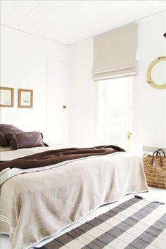 Sovrummet är generöst tilltaget, vilket behövs eftersom sommarhuset blir heltidsboende under fyra må...