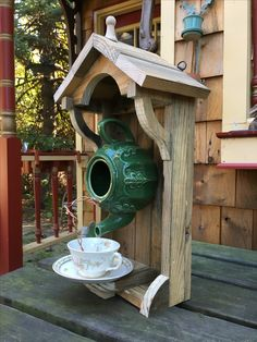 Teapot birdhouse from an old palette and a teapot. Diy Bird Feeder, Bird House Feeder, Bird House Kits, Birdhouse Ideas, Teapot Birdhouse, Birdhouses, Bird Houses Diy, Decorative Bird Houses, Garden Crafts