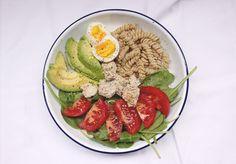 ¿Qué como en un día? Almuerzo saludable. Ensalada de aguacate y pasta.    Post completo: http://mamanutryfit.com/que-como-en-un-dia-embarazo/