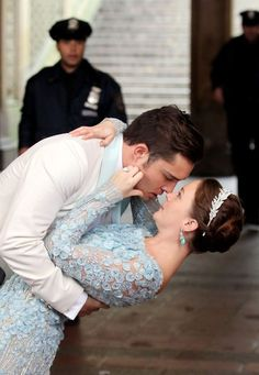 Leighton Meester wears a blue floral wedding dress as she and Ed Westwick film a wedding scene for 'Gossip Girl' in Central Park. The ceremony then is interrupted by a police officer that pulls Westwick away from the wedding. Chucks Wedding, Gossip Girl Chuck, Blair Waldorf Gossip Girl, Julia Louis Dreyfus, Chuck Blair, Enola Holmes, Wedding Scene, Leighton Meester, Michael Kors Collection