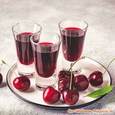 Make cherry liqueur yourself: simple recipe for a homemade liqueur made from only 5 ingredients. It not only tastes pure Desserts For A Crowd, Fancy Desserts, Gin, Vodka, Cherry Liqueur, Long Drink, Spring Cocktails, Schnapps, Vegetable Drinks