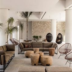 Most of the time, modern design uses natural materials to sculpt out the basic structure of a room. Here are a few materials along with specific application tips for Modern interior design. Modern Interior Design, Modern Decor, Interior Architecture, Living Room Designs, Living Room Decor, Spacious Living Room, Living Spaces, Casa Cook, Futuristisches Design